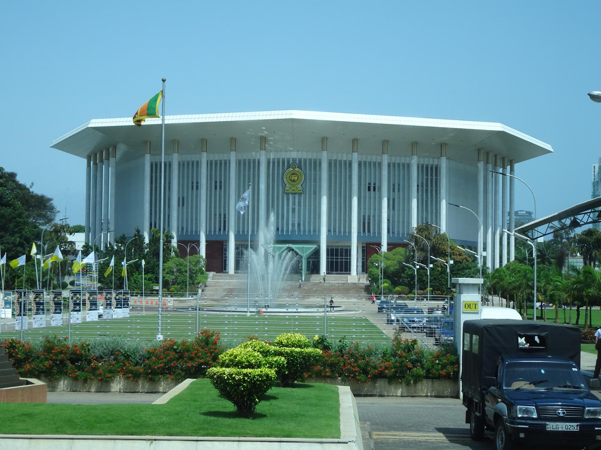 श्रीलंका सरकार ने कोविड-19 के प्रकोप के मद्देनजर कल से कर्फ्यू में छूट मंजूरी देने का फैसला किया