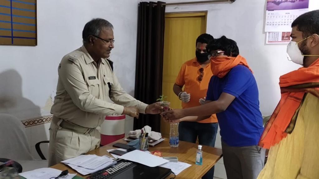 हिंदू रास्ट्र सेना सरायकेला के पदाधिकारियो ने किया प्रशासनकर्मियो को सम्मानित