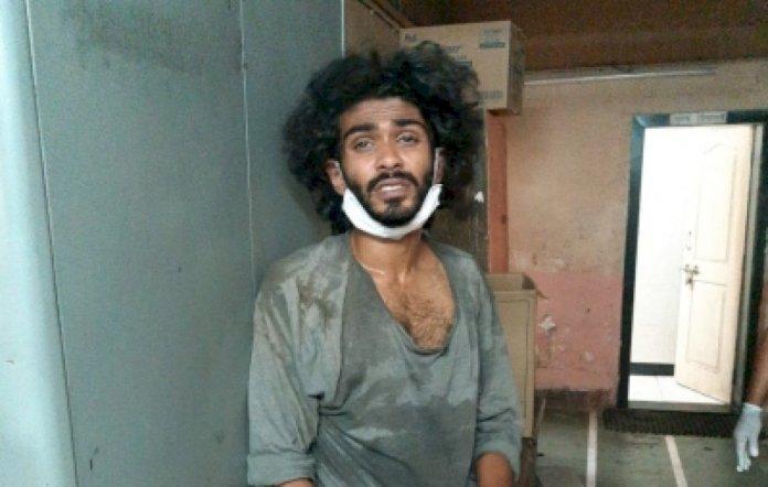 विक्षिप्त वास्तुकार ने पुलिसकर्मियों पर किया चाकू से हमला