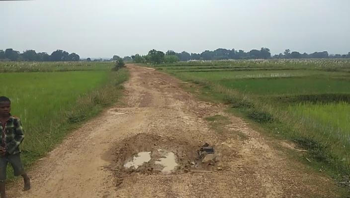 झारखंड :गितिलपी चौक से पापरेया साई चौक तक जाने वाली कच्ची सड़क खस्ताहाल