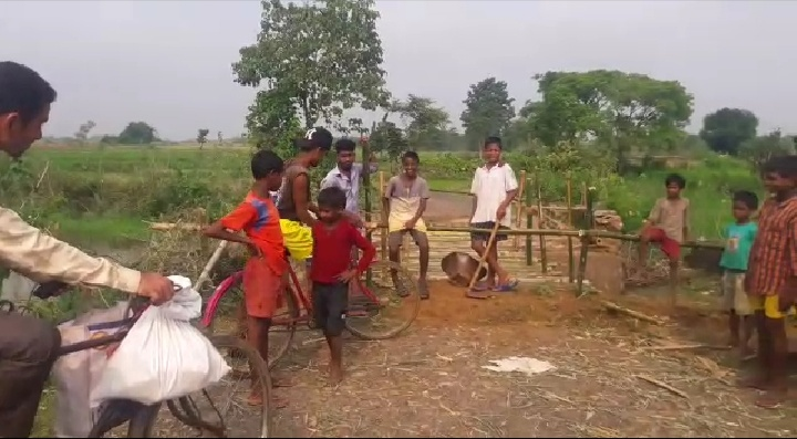 स्कुली बच्चों ने बांस का पुलिया बना कर सरकारी कर्मी व जनप्रनिधियों के मुंह मे जड़ा तमाचा: झारखंड