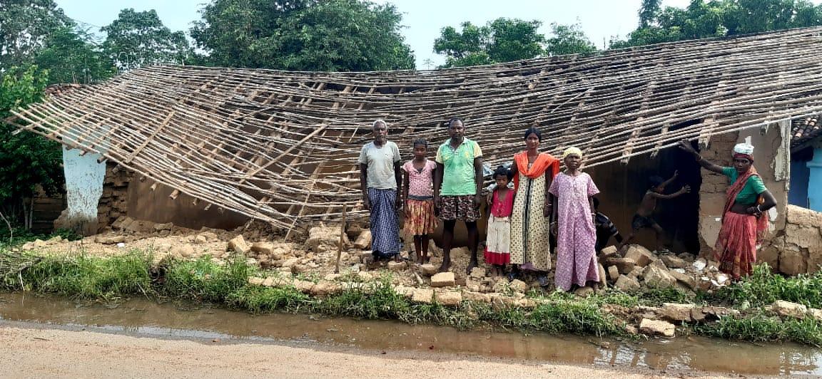 दो दिनों की बारिश से तीन घर ढहे,कुछ घरें ढहने की कगार पर,लोग हुए बेघर: झारखंड
