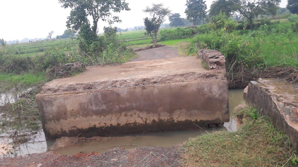 मुख्य सड़क की पुलिया टुटने से ग्रामीणों को हो रही परेशानी