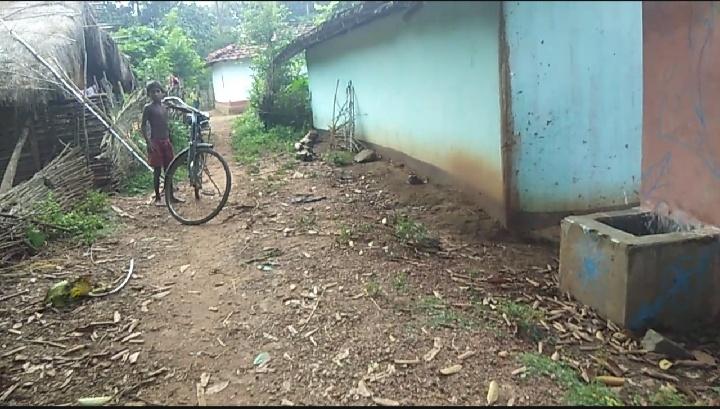 ग्रामीण कच्ची सड़क से हैं परेशान,अब तक नहीं बनी पक्की सड़क