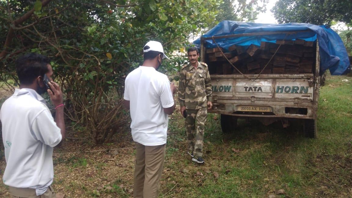 अवैध लकड़ी लदा पिकॲप व ट्रैक्टर का इंजन जब्त कर वन विभाग को सौंपा