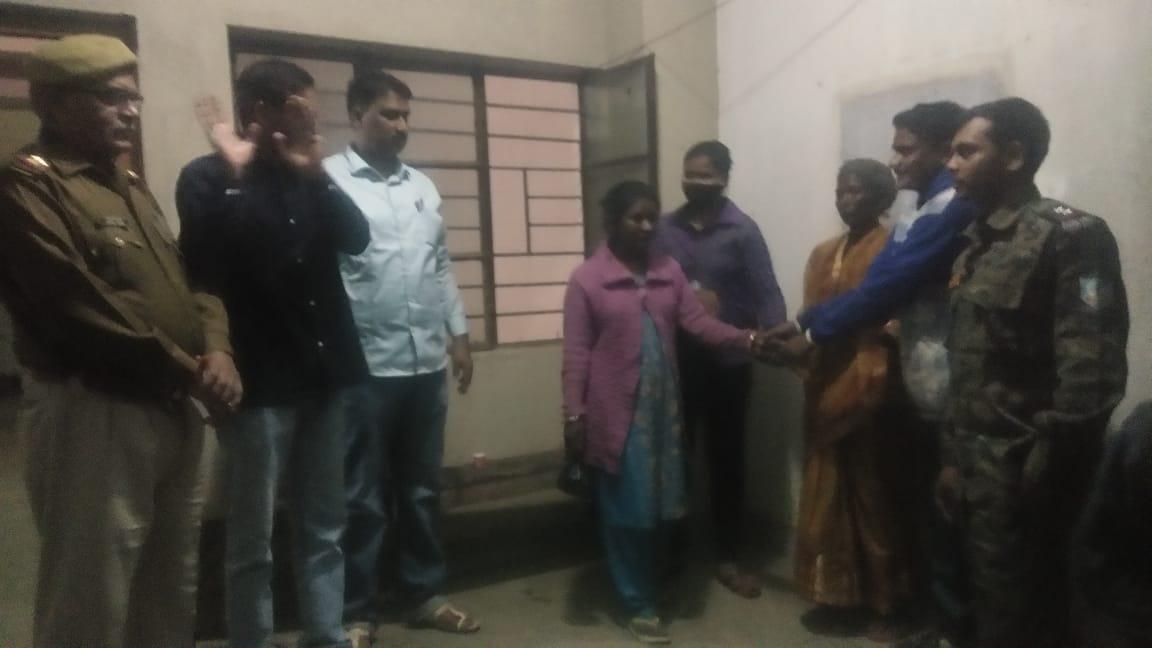 भटकी युवती को लखनऊ पुलिस ने मझगाँव थाना में परिवारवालों को सौंपा